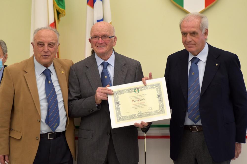 Piero Gentili ritira il Distintivo d'Onore da Alberto Scotti