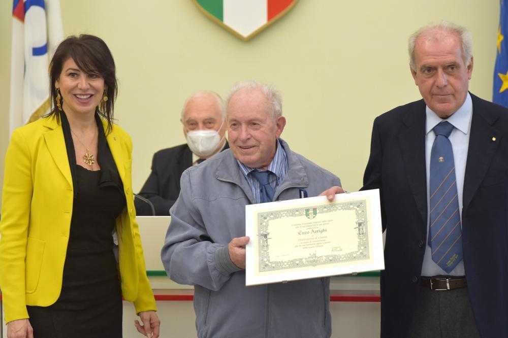 Enzo Arrighi ritira il Distintivo d'Onore da Alberto Scotti