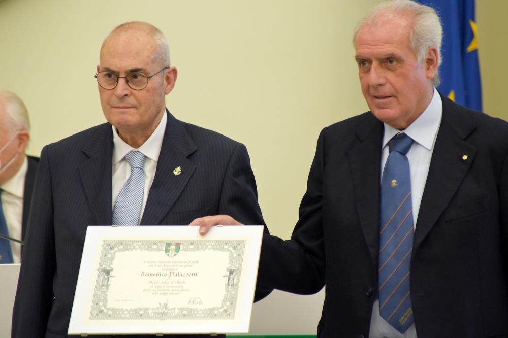 Domenico Palazzetti ritira il Distintivo d'Onore da Alberto Scotti