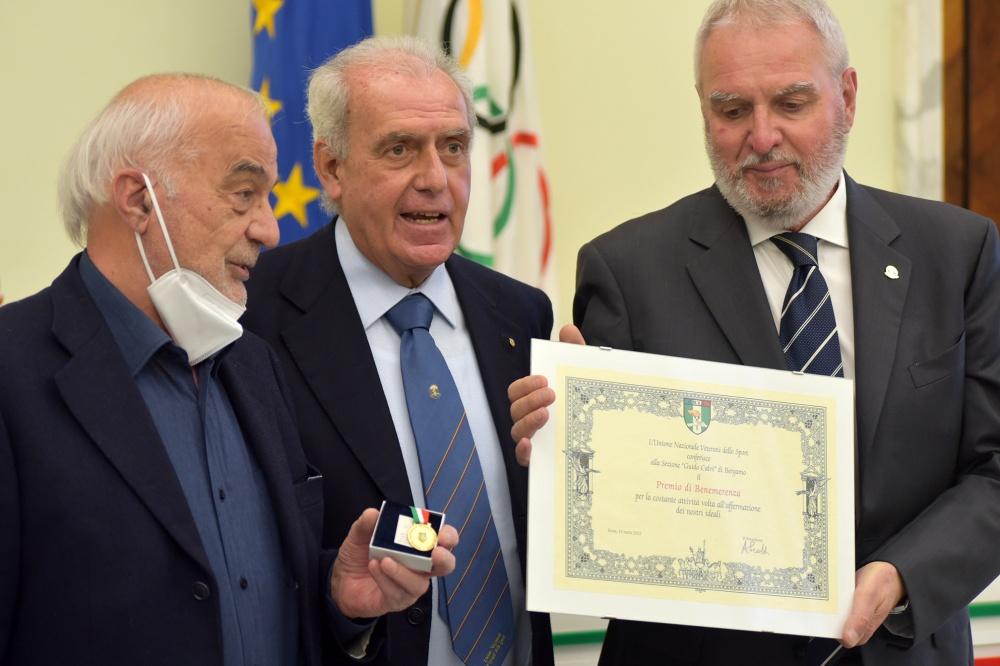 Il premio di Benemerenza alla Sezione Calvi di Bergamo
