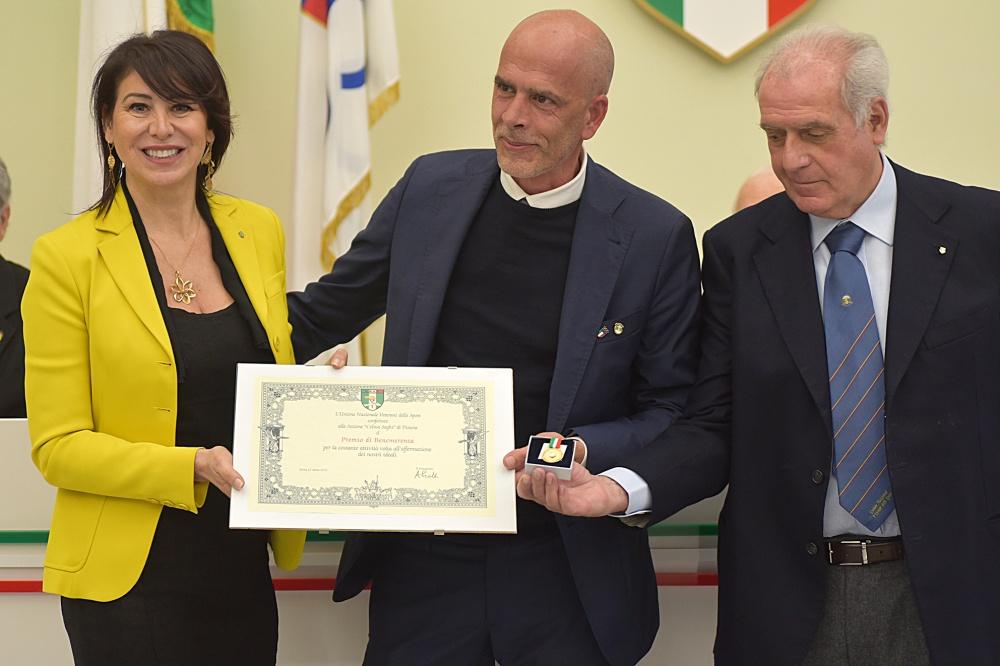 Il premio di benemerenza alla Sezione Pistoia